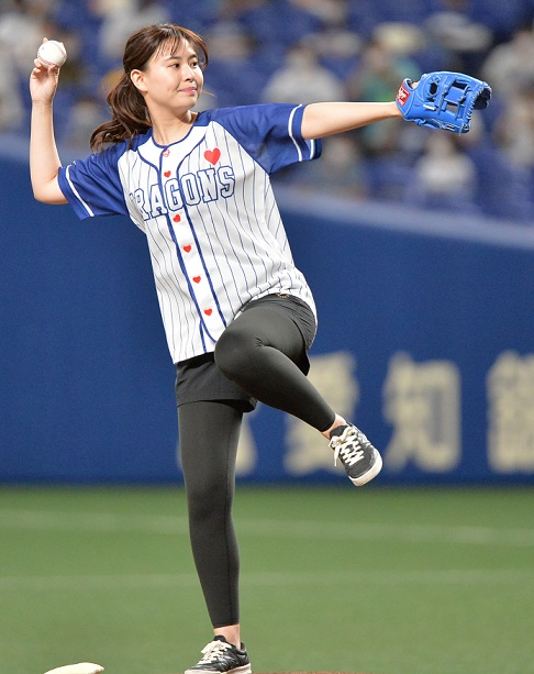 望木聡子アナ始球式